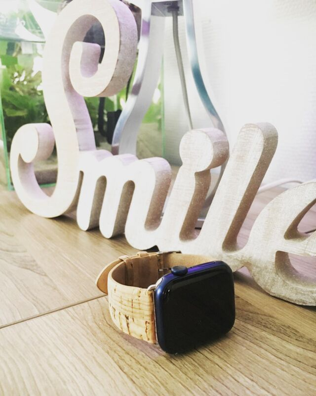 Smile, ce sera le mot du jour en espérant que cela vous apporte un peu de joie 🙃  #applewatch #apple #applewatchband #watchporn #watchesofinstagram #applewatchfanz #instawatch #starmania #smile #suede   https://www.band-band.com/produit/nuuk-starmania-bracelet-liege-avec-paillettes-dorees-apple-watch/