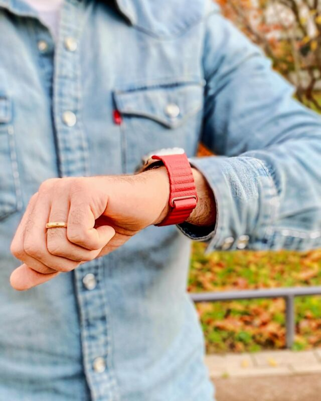 Ce n'est plus l'heure de flâner, il faut que je finisse mes cadeaux pour Noël ! 🤫😊  #applewatch #apple #applewatchband #watchporn #watchesofinstagram #applewatchfanz #instawatch #leatherloop #jean #automne   https://www.band-band.com/produit/boucle-cuir-aimante-bracelets-apple-watch/