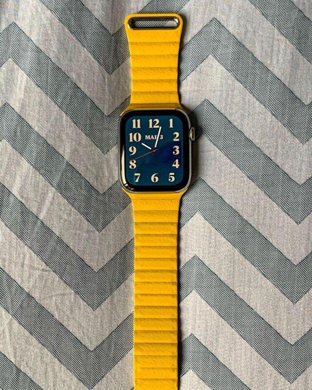 Le bracelet sans fin 😯 La boucle cuir, une fois déployée, c'est tellement looong. Vous êtes plutôt boucle cuir ou maillons cuir ?   #applewatch #apple #applewatchband #watchporn #watchesofinstagram #applewatchfanz #instawatch  #leatherloop #yellow #sun