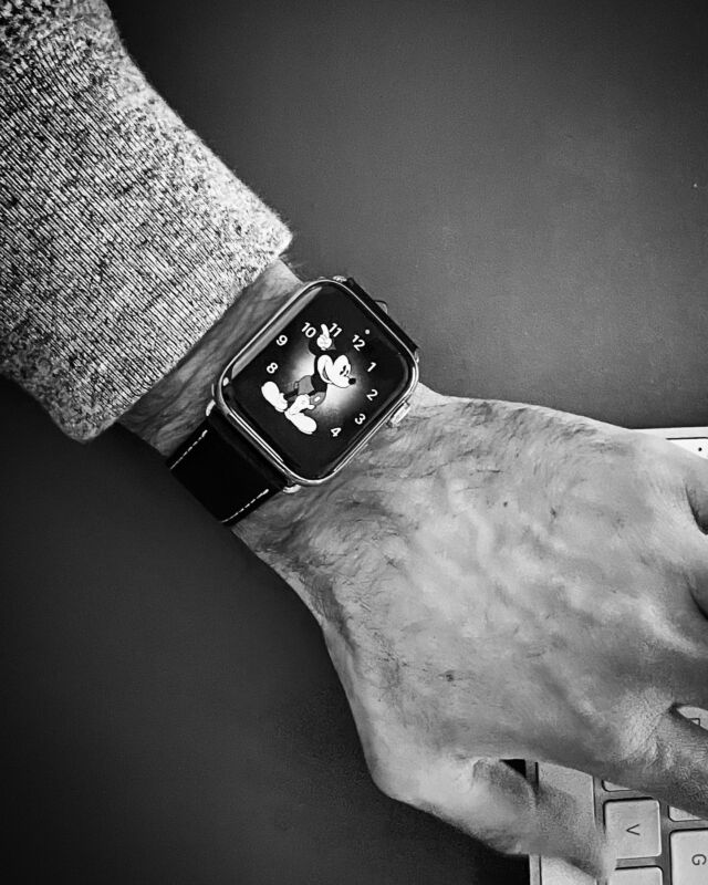 Le bracelet simple tour dans sa robe noire, d'une élégance simple et intemporelle. Un classique indémodable, réinventé par @eternel_bracelets   #applewatch #apple #applewatchband #watchporn #watchesofinstagram #applewatchfanz #instawatch  #menfashion #retro #vintage #applewatchfan #watchesofinstagram #applewatchfanz #instawatch #inked #art #city #simpletour #blackandwhite #blackandwhitephotography   https://www.band-band.com/produit/simple-tour-eternel-paris-cuir-de-veau-apple-watch/