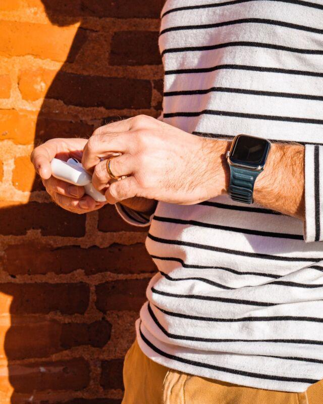 Quelques minutes de liberté au soleil, l'occasion d'écouter un peu de musique. Ce bracelet maillons cuir bleu baltique s'accorde à merveille avec des teintes solaires 😍  #applewatch #apple #applewatchband #watchporn #watchesofinstagram #applewatchfanz #instawatch  #sun #shade #instagood #brick #toulouse #france #leatherlink #cuirloop #leatherlink  https://www.band-band.com/produit/maillons-cuir-aimante-bracelet-apple-watch/