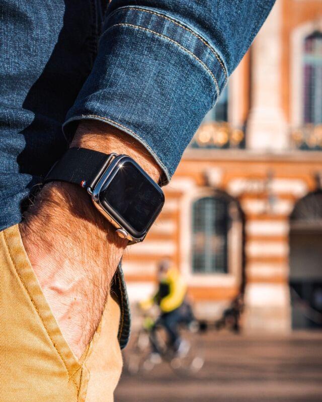 Toute la subtilité du bracelet Carbone @eternel_bracelets s'affirme avec un rayon de soleil. Le motif tapisserie affirme tout son éclat, tel un diamant noir.  #applewatch #apple #applewatchband #watchporn #watchesofinstagram #applewatchfanz #instawatch #carbone   https://www.band-band.com/produit/carbone-bracelet-apple-watch-en-cuir-dagneau-made-in-france/