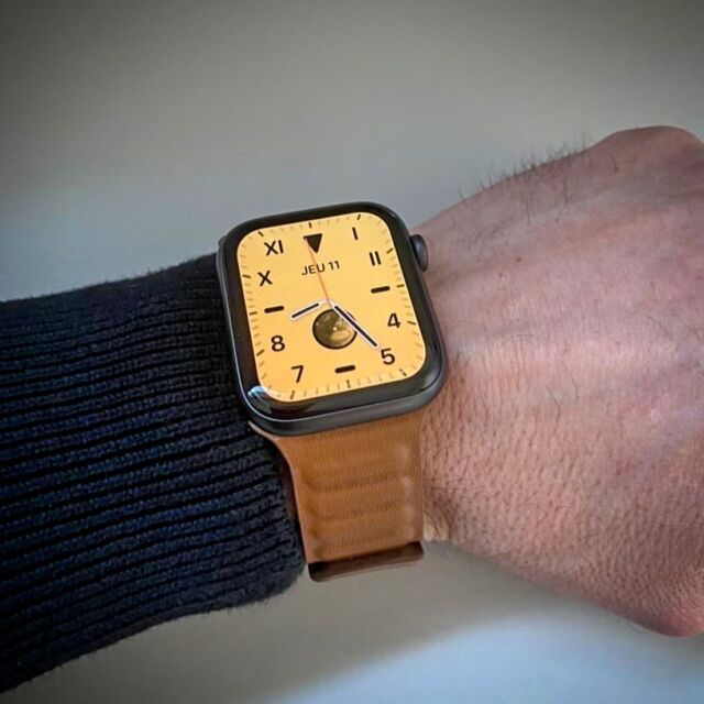 Merci @krystof66 pour les photos de votre essayage du bracelet maillons cuir dans sa teinte Havane 🇨🇺  #applewatch #apple #applewatchband #watchporn #watchesofinstagram #applewatchfanz #instawatch #sun #shade #instagood #brick #toulouse #france #leatherlink #cuirloop   https://www.band-band.com/produit/maillons-cuir-aimante-bracelet-apple-watch/