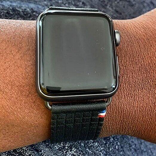 Si vous hésitez encore, voici notre bracelet Carbone au bras de @namour_a ⠀ Oui, ça a de l'allure 😀⠀ ⠀ #applewatch #apple #applewatchband #watchporn #watchesofinstagram #applewatchfanz #instawatch  #carbone #black ⠀ ⠀ https://www.band-band.com/produit/carbone-bracelet-apple-watch-en-cuir-dagneau-made-in-france/