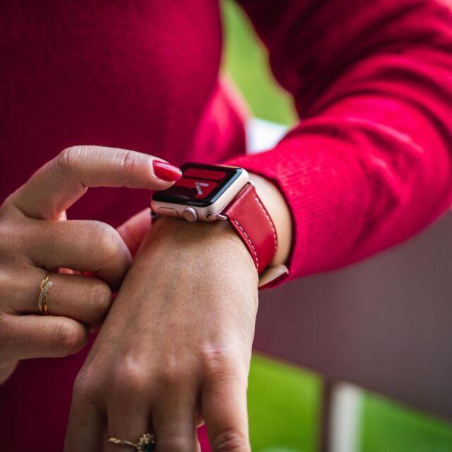 Vous aimez la simplicité et l'élégance du simple tour ? Vous allez adorer sa nouvelle teinte rouge, aussi profonde que votre rouge à lèvre Diorific et plus éclatante qu'une Ferrari 250 GTO. Vous pourrez même les assortir 😉  #applewatch #apple #applewatchband #watchporn #watchesofinstagram #applewatchfanz #instawatch  #simpletour #ferrari #dior #diorific #lipstick #fashion #fashionblogger #instafashion  https://www.band-band.com/produit/simple-tour-eternel-paris-cuir-de-veau-apple-watch/
