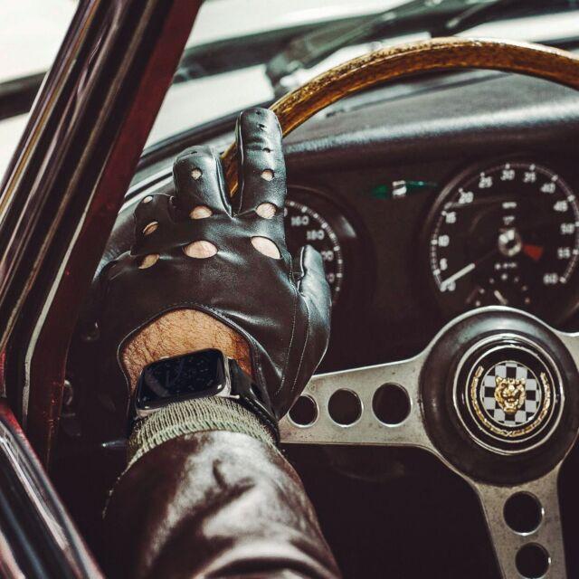 Prenez la route avec le bracelet #Rallye et replongez dans les années 60 à bord d'une #Jaguar E-Type 😎  #applewatch #apple #applewatchband #watchporn #watchesofinstagram #applewatchfanz #instawatch #fashion #style #photography #photooftheday #picoftheday #model #drive #ootd #moda #automobile #fashionblogger #bhfyp #chill #outfit #tourist #instatravel #etype #urbanphotography #rallye  https://www.band-band.com/produit/rallye-apple-watch-bracelet-cuir-vachette-avec-boucle-deployante/