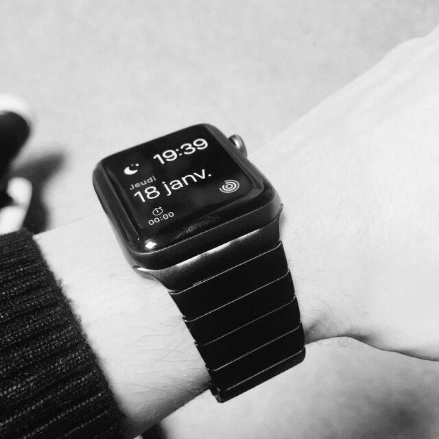 🇫🇷Bracelet à maillons, l'incontournable de la garde-robe masculine⠀ 🇺🇸Link watchband, the must-have⠀ Merci @m4x_91 pour la photo⠀ #applewatch #apple #lifestyle #watch #applewatchband #fashion #instatech #technology #iphone #ipad #menfashion #latergram #applewatchfan⠀ #apple #applewatch #serie3 #braceletamaillons #band_band_watch #blackandwhite #maillons